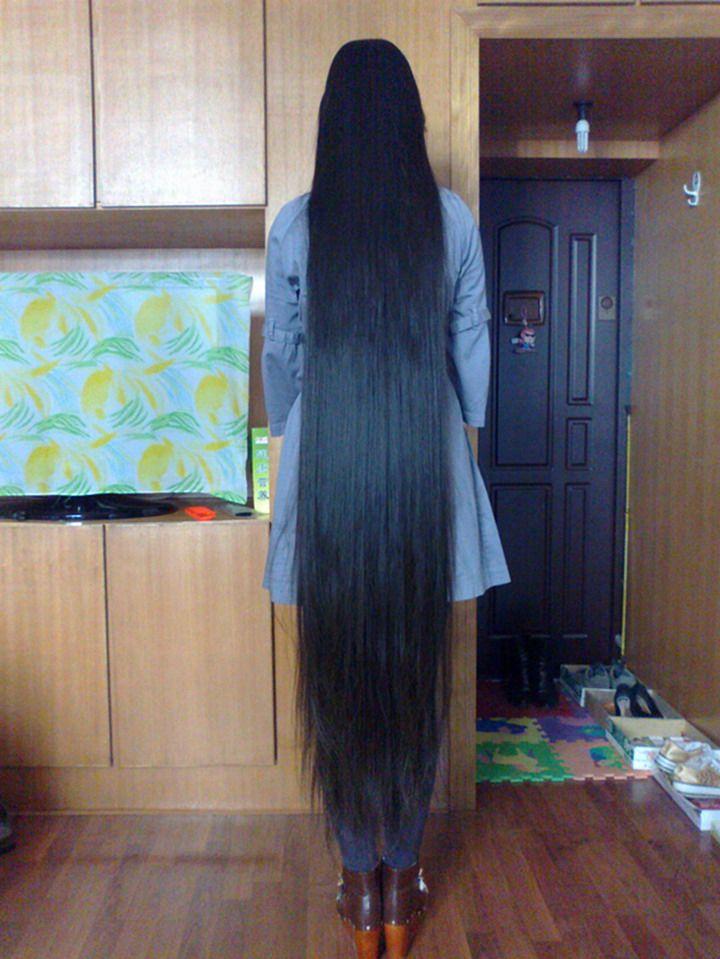 一般人每年头发生长约10厘米左右,可六合一个姑娘头发却长得飞快,短短图片